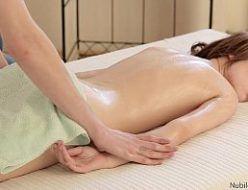 Jovem gata amadoras dando na massagem