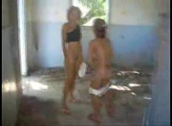 Comendo a vizinha no barraco do lado com sexo gostoso