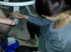 Peladinha pagando boquete na festa