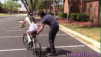 Sexo com estranho menina pede ajuda para aprender andar de bicicleta